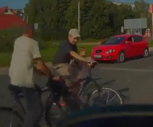 Велосипедисты не поделили дорогу
