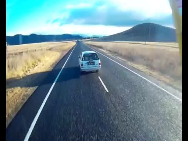 Лихач чудом избежал столкновения с грузовиком
