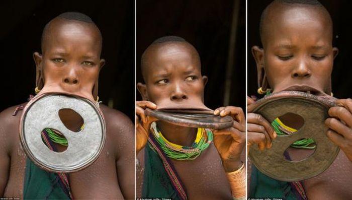 Жительница Эфиопии с огромным диском в губе (4 фото)