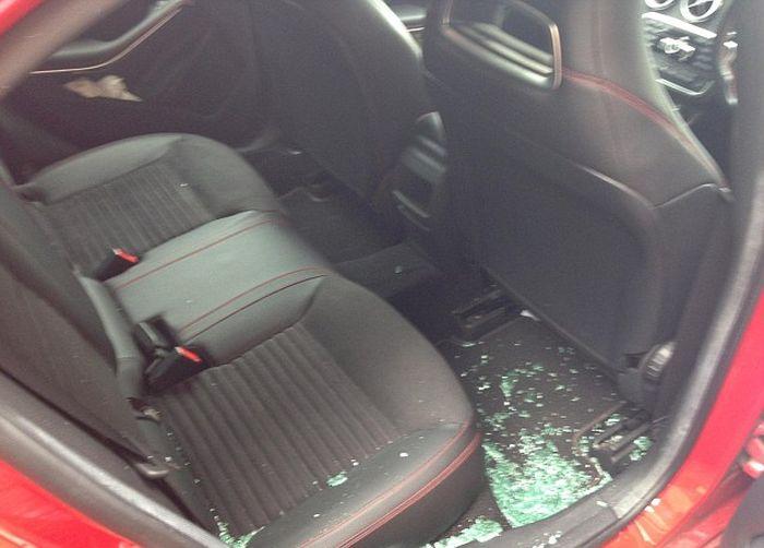 В районе Кале беженцы стали нападать на автомобили (2 фото + видео)