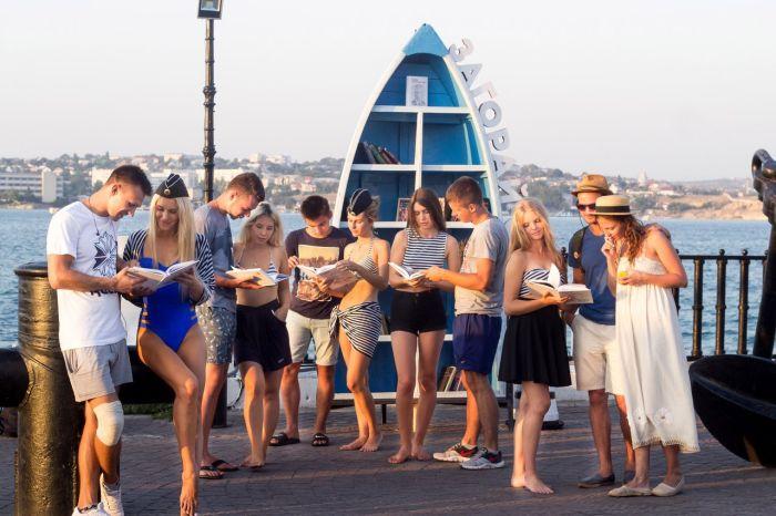 Крымчанки в купальниках решили популяризировать буккроссинг (9 фото)