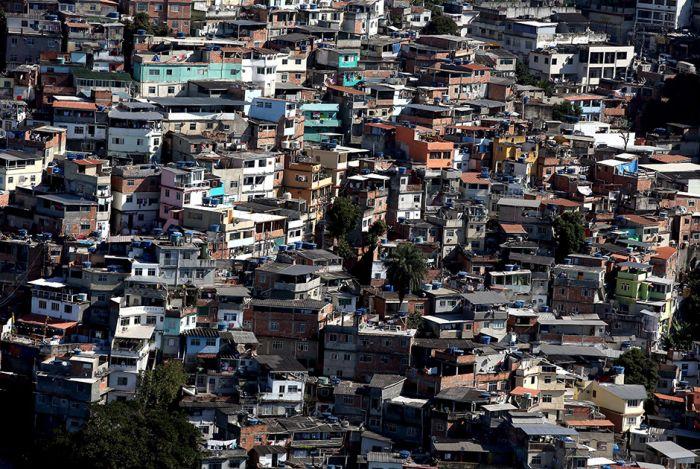 Жизнь в фавелах Рио-де-Жанейро (15 фото)