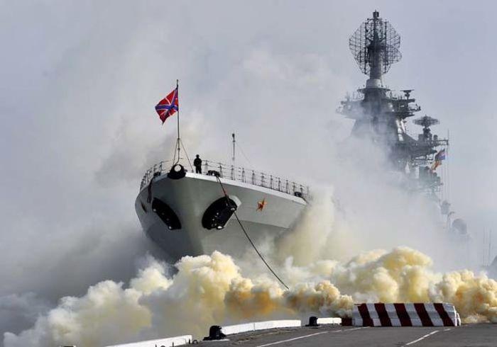 Северный флот окутал Североморск дымом на время учений (6 фото)