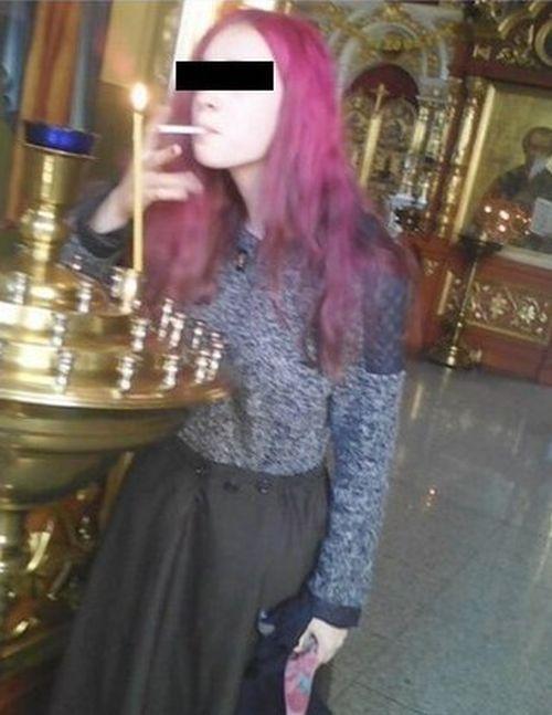 Полиция заинтересовалась школьницей, прикурившей сигарету от свечи в храме (2 фото)
