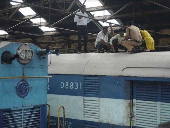 Грабители проделали дырку в вагоне поезда и украли изъятые из оборота деньги (4 фото)