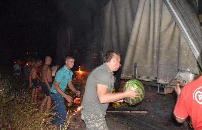 Губернатор Херсонской области Андрей Гордеев арбузами тушил горящую фуру (6 фото)