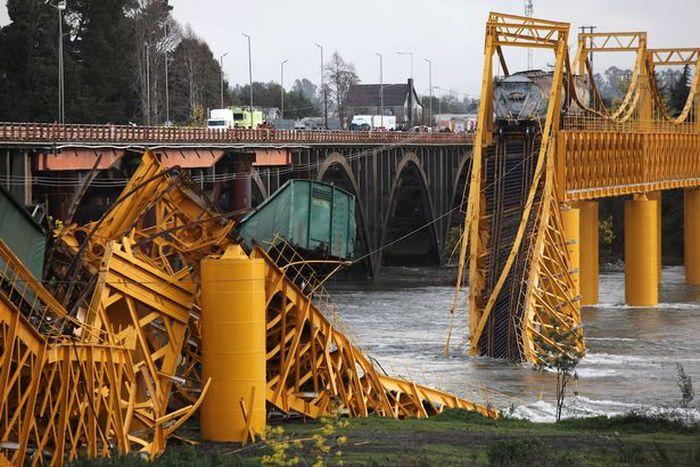 В Чили под тяжестью товарного поезда рухнул мост (4 фото)