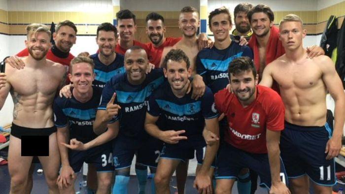 Знаменитые футболисты в трусах в раздевалке фото 180-876
