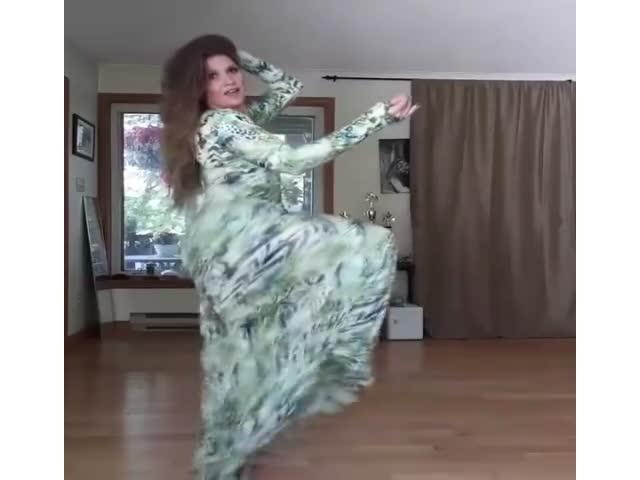 Симпатичный танец взрослой женщины