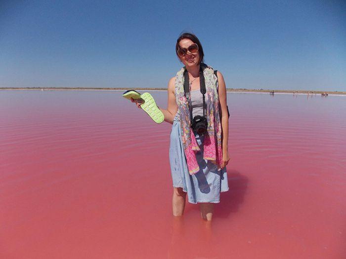 Удивительное озеро, которое каждый август становится розовым (6 фото)