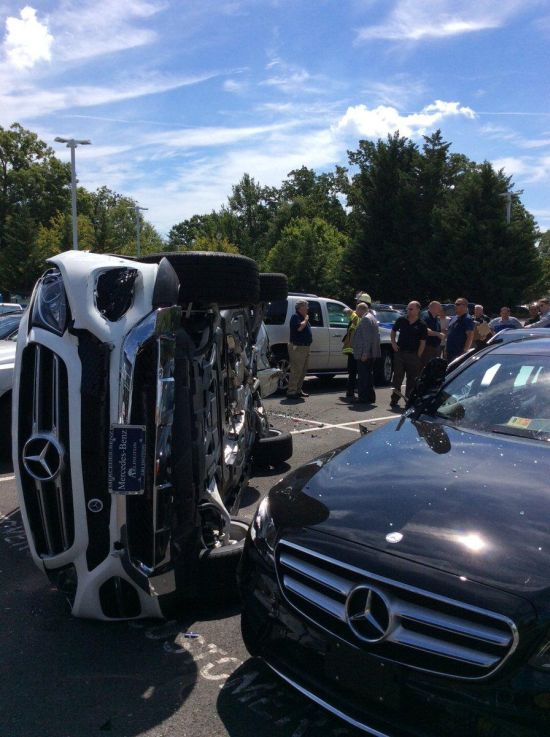 Во время тест-драйва женщина умудрилась разбить новый Mercedes и пять других машин (5 фото)