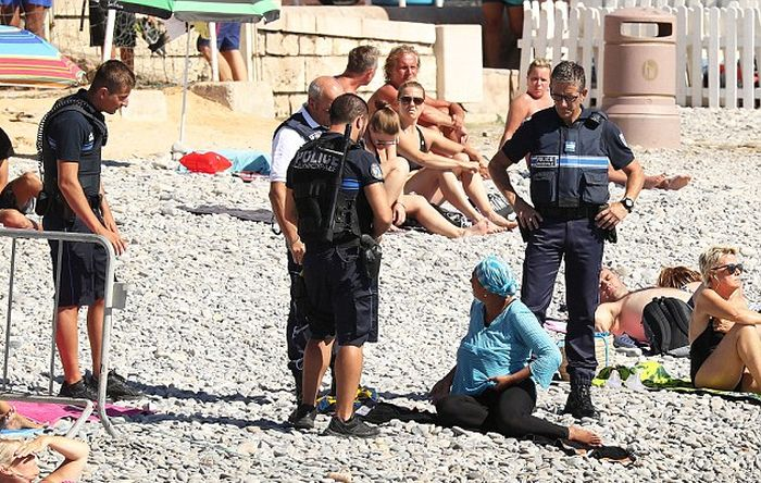Полиция Франции контролирует запрет на ношение буркини (5 фото)