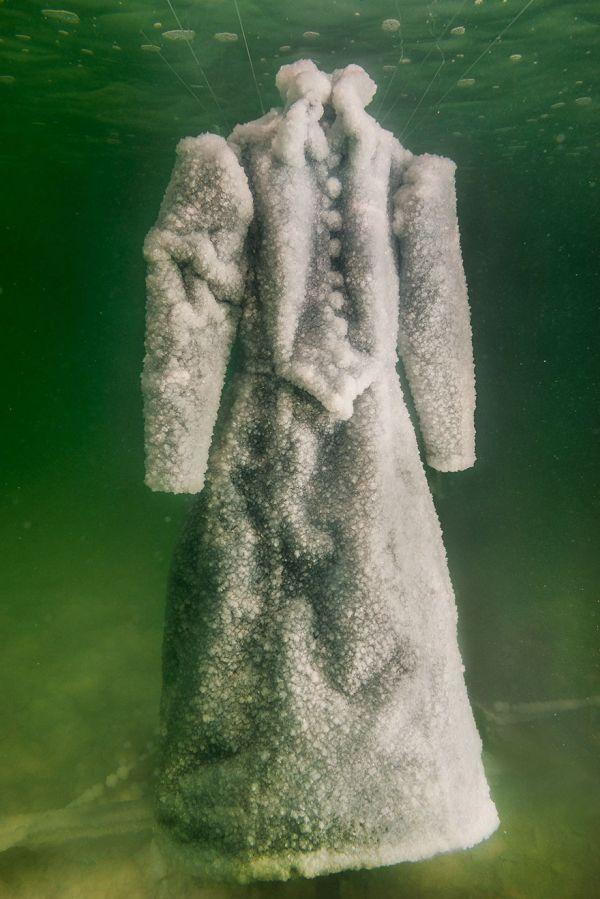 Погруженное в Мертвое море платье превратилось в оригинальную скульптуру (6 фото)