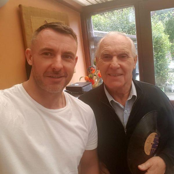 Сын нашел нестандартный метод помочь отцу, страдающему болезнью Альцгеймера (2 фото + видео)