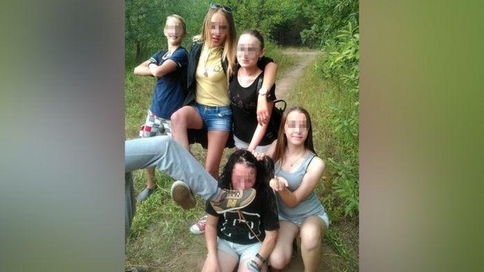Пермские школьники опубликовали фото издевательств над сверстницей (2 фото)