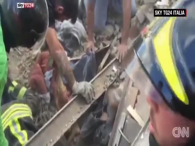 В Италии спасли девочку, остававшуюся под завалами в течение 17 часов