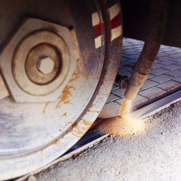 Для чего нужны эти ящики с песком в салоне трамвая? (3 фото)