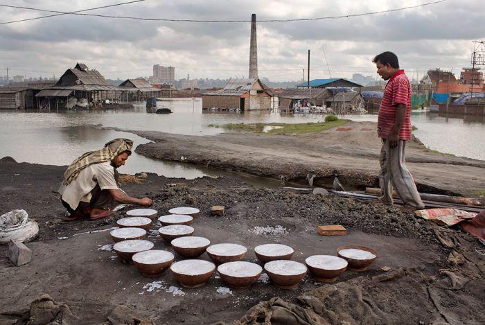 Нелегкая жизнь рабочих алюминиевого завода в Бангладеш (15 фото)