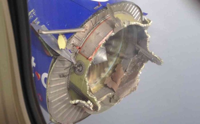 В США Boeing 737 с развалившимся двигателем совершил экстренную посадку (4 фото)