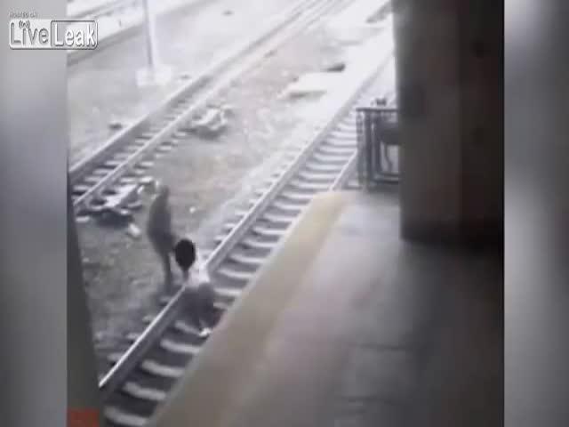Полицейский стащил самоубийцу с железнодорожных путей