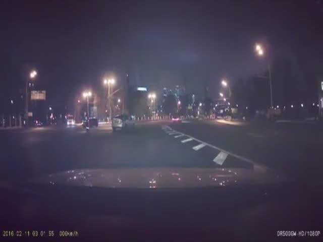 В Москве ищут водителя, устроившего дрифт вокруг полицейского