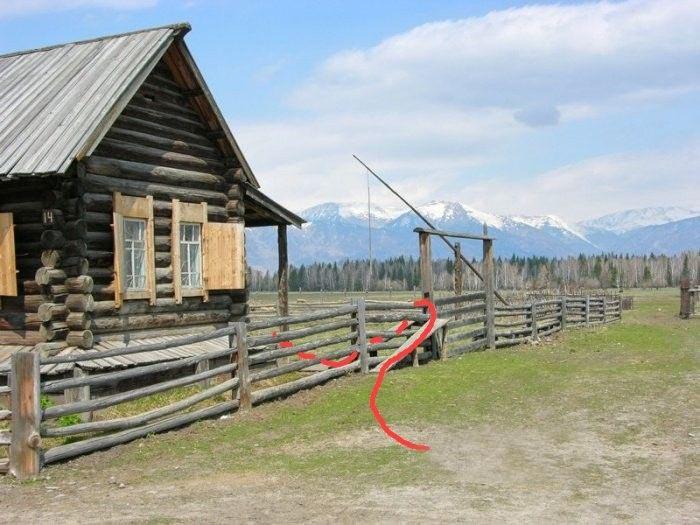 Почему у этой ограды нет калитки? (2 фото)