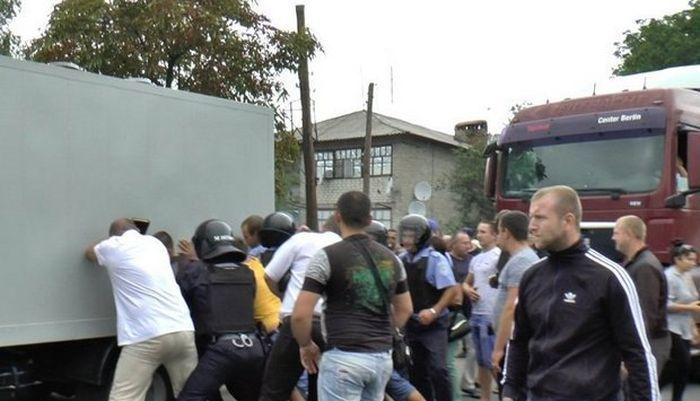 Массовые беспорядки в Николаевской области из-за убийства полицейскими местного жителя (6 фото + видео)