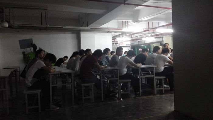 Как живут и работают сборщики смартфонов iPhone (6 фото)