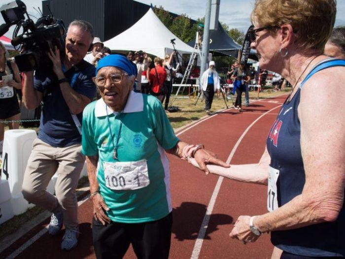 100-летняя жительница Индии приняла участие в массовом забеге в Канаде (3 фото)
