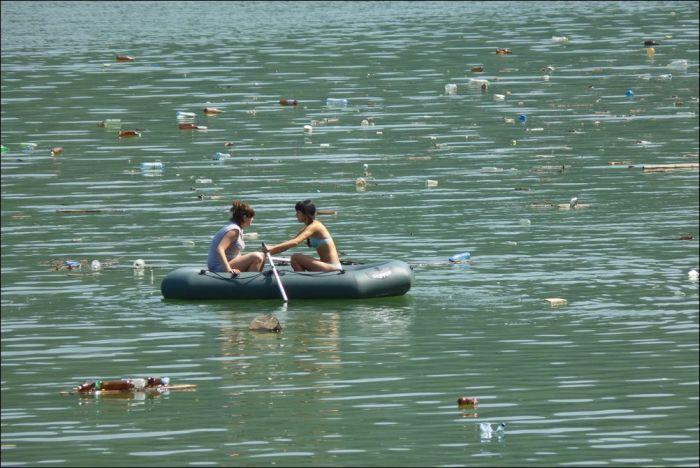 Озеро, ставшее свалкой (9 фото)