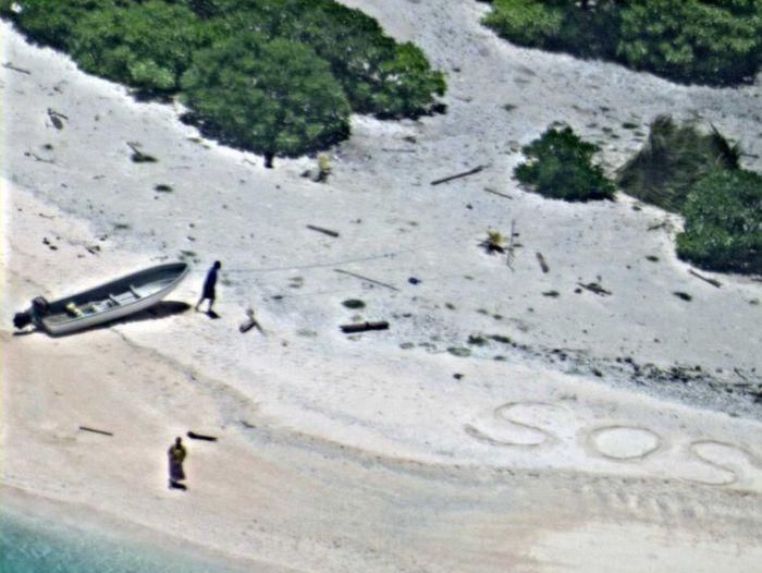 Благодаря надписи «SOS» пара спаслась с необитаемого острова (3 фото)