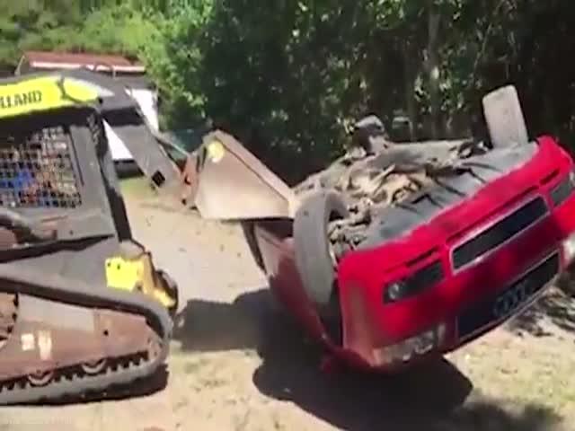 Отец уничтожил подаренный дочери автомобиль