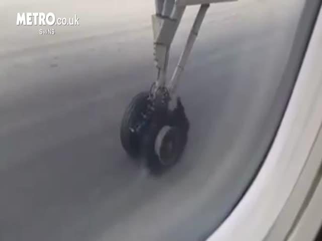 У самолета порвалось колесо в момент взлета