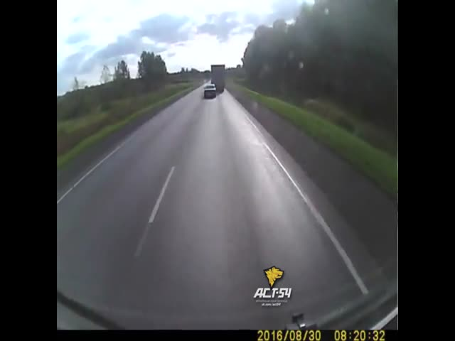 Водитель фуры помешал обгону и спровоцировал ДТП