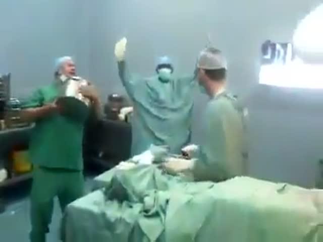 Бригада хирургов празднует успешное окончание операции