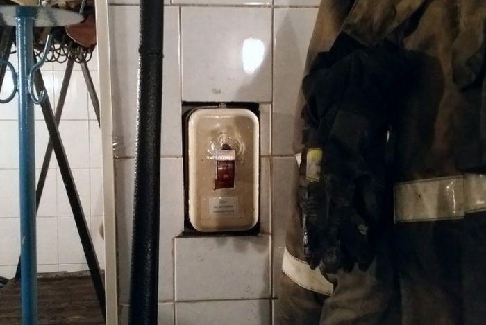 Ради экономии омским пожарным заклеили розетки (2 фото)