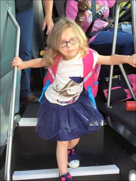 Девочка осознала, что такое школа (2 фото)
