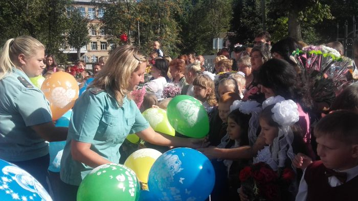 В Новомосковске на 1-сентября в школу пришли судебные приставы с Дедом Морозом (3 фото)
