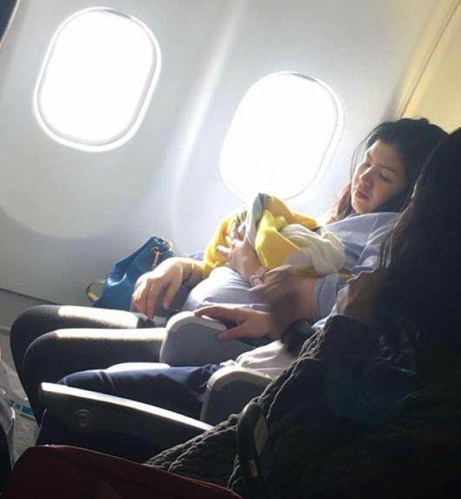 Авиакомпания сделала щедрый подарок девочке, родившейся во время полета (3 фото)