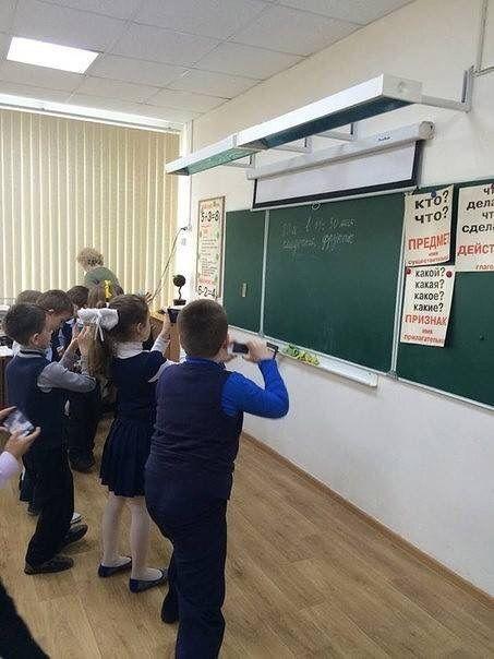 Современные первоклассники записывают домашнее задание (фото)