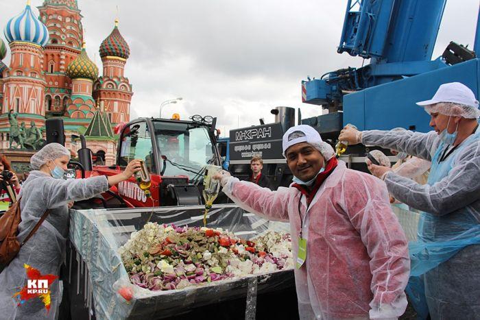 В Москве приготовили самый большой в мире греческий салат (6 фото)