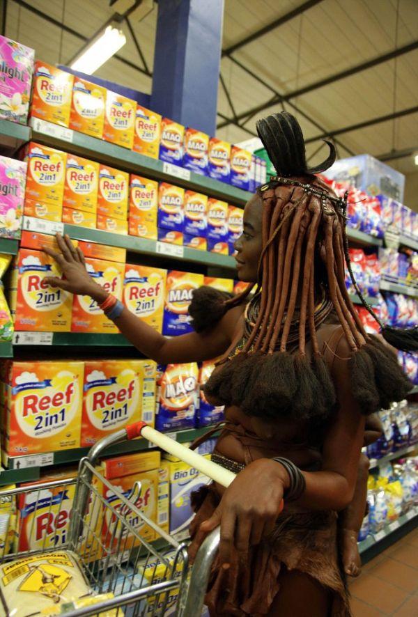Женщина племени химба покупает продукты в супермаркете (3 фото)
