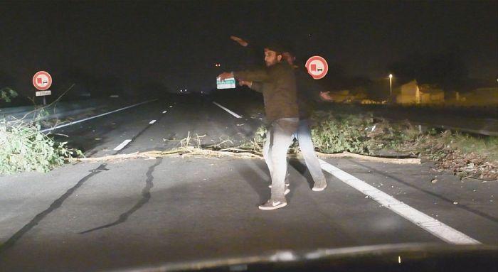 Под Кале по вине мигрантов британские журналисты попали в аварию (10 фото + 2 видео)