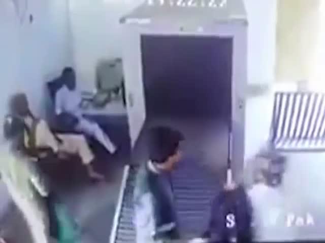 Мужчина залез в устройство досмотра багажа
