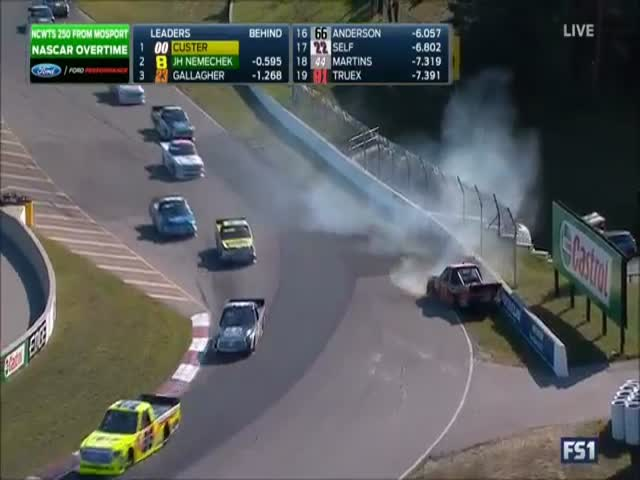 Драка пилотов на гонке NASCAR