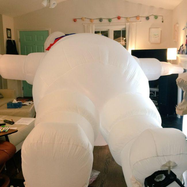 Что будет если надуть большую надувную куклу в доме (4 фото)
