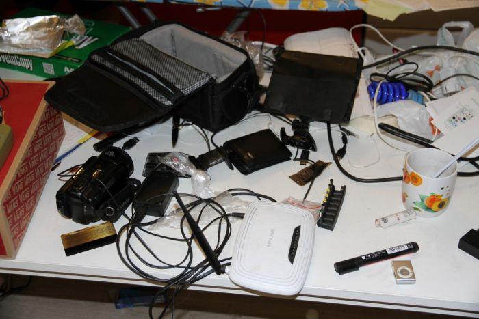Блогер, ловивший покемонов в храме, может получить 4 года тюрьмы за шпионскую ручку (2 фото)