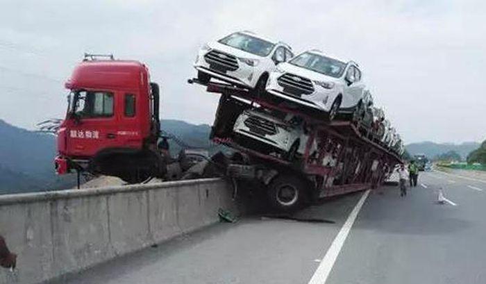 Водитель чудом остался жив, сохранив при этом дорогостоящий груз (4 фото)