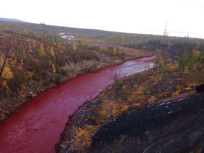В Норильске из-за аварии на металлургическом заводе река окрасилась в красный цвет (2 фото)