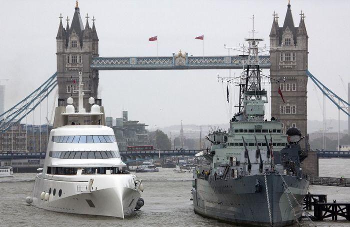 Яхта российского олигарха Андрея Мельниченко впечатлила жителей Лондона (8 фото)